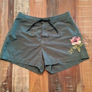 GAP Embroidered Flower Khaki shorts Size Small